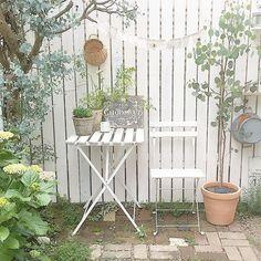 * . お庭のテーブルコーナーを引きで* . ガーランドを作りました♩ keiさんのお庭にもあるガーランド、 可愛いからマネっこ(p′͈ω‵͈q)✱* . ガーゼで作ったガーランドは 風に揺れると 優しくゆらゆら◌⑅⃝*॰ॱ 癒される〜♡ . .