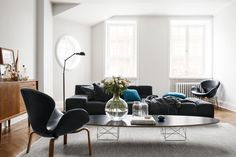 The Eames® Ellliptical Table & LCW add some mid-century accents the Swedish home of H&Ms head of design. Style At Home, Hm Home, Stockholm Apartment, Apartment Chic, Eames, Elle Decor, Living Room Decor, Living Spaces, Interior Styling