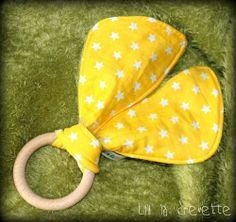 anneau de dentition en bois naturel et oreilles de lapin toutes douces en couture by Lili la crevette