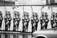 En 1974, Ernest Pignon-Ernest et une dizaine de copains recouvrent les murs de Nice d'un millier d'œuvres d'art dénonçant l'apartheid.