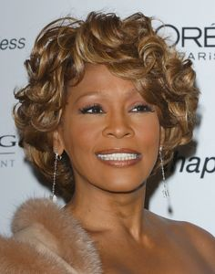 Whitney Houston looked timeless with her golden short curls at the pre-Grammy 2007 party. Whitney Houston, Short Hair Wigs, Human Hair Wigs, Summer Hairstyles, Wig Hairstyles, Hairstyle Short, Black Hairstyles, Hairdos, Short Curls