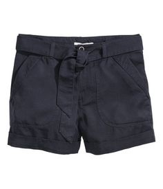 CONSCIOUS. Cargo shorts in Tencel® lyocell with a tie belt at the waist, patch pockets front and back and sewn-in turn-ups at the hems.