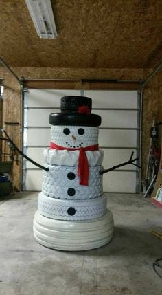 How to turn the old tires into these cute snowmen ? Old tires can be repurposed to make a fun snowman for an outdoor Christmas decoration. Outside Christmas Decorations, Christmas Porch, Christmas Snowman, Simple Christmas, Winter Christmas, Christmas Holidays, Diy Snowman, About Christmas, Diy Outdoor Christmas Decorations