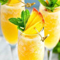 Peach Bellini Italian Cocktails, Fruity Cocktails, Frozen Cocktails, Summer Cocktails, Cocktail Drinks, Cheap Cocktails, Bellini Cocktail, Festive Cocktails, Brunch Recipes