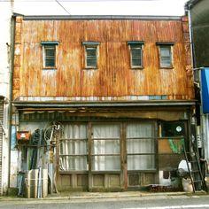 トタンアート : STEORE 素敵が俺を呼んでいる Japanese Modern House, Cafe Concept, Environment Concept Art, Old Building, Metal Homes, Slums, Built In Storage, Play Houses, Layout Design