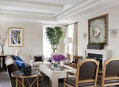 Dát vàng, viền vàng là cách đơn giản để tạo nên không gian sang trọng và mang hơi thở quý tộc. Căn phòng hút mắt trong ảnh do 2 kiến trúc sư Kristen Fitzgibbons và Kelli Ford thiết kế.