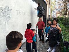 Mural conjunto con los niños y jóvenes de Granada. #arte #arte urbano Paint Brush Art, Paint Brushes, Granada, Art Direction, Street Art, Painting, Mural Painting, Kites, Creativity
