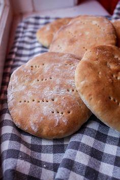En morgon skulle jag göra frukost till familjen men märkte att vi inte hade bröd hemma. MORR.... det roliga är att vi alltid har bröd i frysen men det finns inget som slår nybakt. Dock så ville jag det skulle gå ganska så snabbt. Det här receptet gick både snabbt och var sååå gott. Familjen satt län Bread Recipes, Baking Recipes, Snack Recipes, Swedish Bread, Bread Cones, Good Morning Breakfast, Norwegian Food, Bread Bun, Swedish Recipes