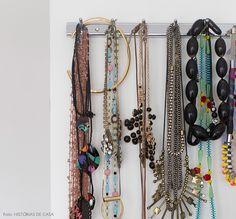 """Quem conhece o trabalho da Naia sabe que as estampas são uma parte importante de seu portfólio, então era natural que elas aparecessem também nos móveis e nas peças menores: """"Misturo muitas cores e formas em minhas obras e acabei levando isso para a minha casa. Gosto de brincar com tons fortes […]"""