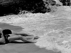 """A cena do beijo na praia entre o Sargento Ward e Karen Holmes em """"A um Passo da Eternidade"""""""