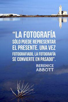 """Berenice Abbott. """"La fotografía solo puede representar el presente. Una vez fotografiado, la fotografía se convierte en pasado""""."""