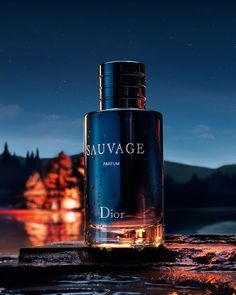 Dior Sauvage Eau de Parfum gives masculine freshness with a smooth trail. A scent that leaves a lasting impression. Best Perfume For Men, Best Fragrance For Men, Best Fragrances, Perfume Dior, Perfume Fragrance, Perfume Collection, Perfume Bottles, Moda Blog, Makeup Bags
