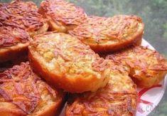 7 рецептов горячих бутербродов 1. Горячие бутерброды с картошкойИнгредиенты:- 3-4 картофелины- соль- перец- хлеб- масло для жаркиПриготовление:1. Натереть сырой картофель на тёрке и посолить-поперчить по вкусу, нарезать хлеб или ба...