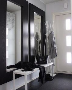 Isot peilit eteistilassa tuovat kivasti syvyyttä ja valoa. Cozy Apartment, White Houses, Dream Decor, Mudroom, Cribs, Entrance, Sweet Home, Mirror, Decor Ideas