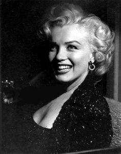 Hello and Welcome to the Marilyn Monroe Fan Site. Take a peek through the fine collection of Marilyn Monroe videos, photographs and gifs. Hollywood Glamour, Hollywood Actresses, Classic Hollywood, Old Hollywood, Annie Leibovitz, Arte Marilyn Monroe, Robert Mapplethorpe, Jerry Lewis, Pin Up