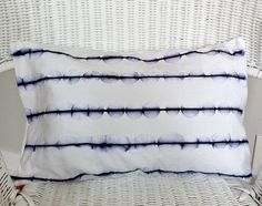 diy sharpie pillow:  such a cool effect with just a sharpie and some rubbing alcohol!