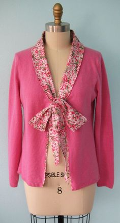 DIY Makeover: Upcycled V-Neck Sweater --> Tie-Front Patterned Fabric Collared Cardigan Refashion Diy Clothing, Sewing Clothes, Recycled Clothing, Boutique Clothing, Fabric Bow Tutorial, Umgestaltete Shirts, Band Shirts, Old Sweater, Sweater Cardigan