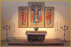 Photo du maître-autel et du retable triptyque réalisé en 1986 par Jean Paul Koenig, dans le choeur de l'église Saint-Léger de l'abbaye de Murbach. Photos de l'abbaye de Murbach, tourisme en Alsace.