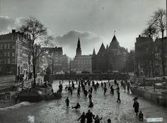 Schaatsen op de gracht bij de Nieuwmarkt, jaren 50