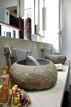 vasque en pierre, deux lavabos à poser, salle de bains en pierre et béton