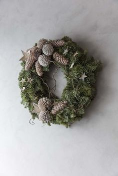 Krans dekorert med naturmaterialer. Christmas Time, Christmas Wreaths, Xmas, Christmas Ideas, Christmas Inspiration, Holidays And Events, Wonderful Time, Curb Appeal, Holiday Decor
