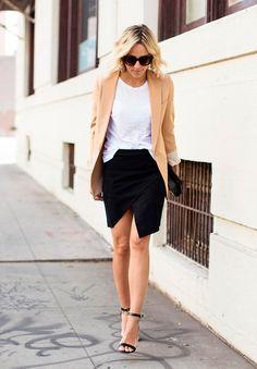 Look de street style usando saia assimétrica com t-shirt branca podrinha, blazer camelo e sandália de tiras