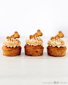 Pumpkin peanut butter pupcakes are homemade dog cupcakes made with pumpkin pureé, carrots, peanut butter and oat flour. They are the perfect birthday treat! Dog Cookie Recipes, Homemade Dog Cookies, Homemade Dog Food, Dog Treat Recipes, Dog Food Recipes, Cake Recipes, Dog Biscuit Recipes, Peanut Butter For Dogs, Peanut Butter Recipes