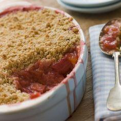 Crumble aux fraises des bois, groseilles et rhubarbe