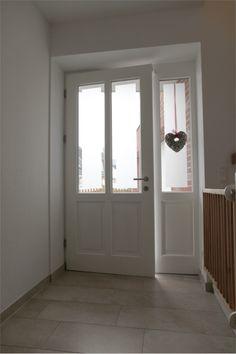 Holz-Haustür mit Altbau-Charme: Klassische weiße Rahmentür mit parallelen Lichtausschnitten und einem Seitenteil | Sorpetaler Fensterbau