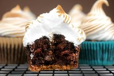 Chocolate Graham Cracker Cupcakes with Toasted Marshmallow. Bake Gourmet Cupcakes: 6 Recipes from Famous Bakeries Gourmet Cupcakes, Baking Cupcakes, Cupcake Cakes, Cupcake Shops, Köstliche Desserts, Delicious Desserts, Dessert Recipes, Delicious Cupcakes, Bakery Recipes