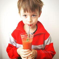 Smoothie si robíme skoro každý deň. Najlepšie na nich je vždy skúšať nové a nové kombinácie ovocia a zeleniny. Okrem toho sa držím zásad, vždy pridať citrónovú šťavu a trochu čerstvého zázvoru pre pikantnejší a svieži nádych. Lyžičku dobrého oleja, aby sa všetky vitamíny pekne vstrebali. A ak sa dá, tak nejakú čerstvú, voňavú bylinku. Margarita, Smoothie, Tableware, Glass, Dinnerware, Drinkware, Dishes, Margaritas, Smoothies
