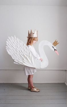 Beautiful children's paper swan with a crown costume Carneval Halloween Karneval Fasching Kostüm Verkleidung DIY Diy Halloween, Holidays Halloween, Fun Halloween Costumes, Carnival Costumes, Manualidades Halloween, Festa Party, Halloween Disfraces, Blog Deco, Baby Costumes