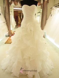 love the ruffles!  Ruffled Dresses #2dayslook #RuffledDresses #sunayildirim  www.2dayslook.com