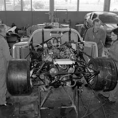 alpine-a442:   O triunfo do protótipo no circuito europeu deu à Alpine a confiança necessária para encarar Le Mans. Para isto, a companhia decidiu desenvolver uma evolução dos Alpine A440 e A441 — e a compra pela Renault em 1976 garantiu à gigante francesa o controle da equipe de corrida. Para a Alpine, não era um problema. Pelo contrário: a grana extra foi muito bem vinda e possibilitou à Alpine construir um carro melhor que seus antecessores em todos os aspectos.