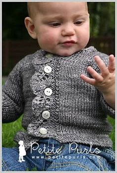 Her er babyudgaven af den cardigan til voksne, der hedder Kaskade (også på strikkeglad.dk). Den har en sød bladkant og er strikket i ren uld på pinde 4½. Læs mere ...