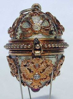 Gatchina Palace Faberge egg - wow - that looks like a really old one! Art Nouveau, Zar Nikolaus Ii, Objets Antiques, Fabrege Eggs, Faberge Jewelry, Egg Art, Russian Art, Egg Decorating, Precious Metals