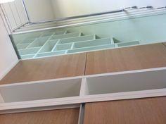 Meuble bibliothèque avec passerelle en verre. AMG Agencement