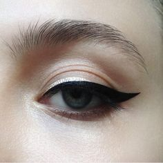 Gorgeous black eyeliner look - - Gorgeous black eyeliner look Beauty Makeup Hacks Ideas Wedding Makeup Looks for Women Makeup Tips Prom M. Eyeliner Make-up, Glitter Eyeliner, Purple Eyeliner, Eyebrows, Glitter Makeup, Gold Glitter, Dramatic Eyeliner, Silver Eyeliner, Makeup Tricks