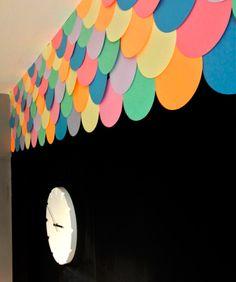 Escamas coloridas deixam a parede mais fofa! - dcoracao.com - blog de decoração