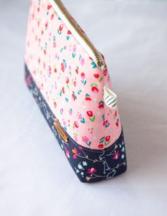 Cosmetic zipper pouch free sewing tutorial and printable pattern template Diy Pouch No Zipper, Zipper Pouch Tutorial, Zipper Bags, Purse Tutorial, Cosmetic Bag Tutorial, Sewing Hacks, Sewing Tutorials, Sewing Patterns, Sewing Tips
