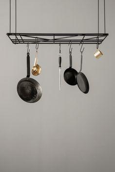 Ferm Living - Square Rack Multifunktionelle ophæng/gitter i pulverlakeret metal fra Ferm Living. Perfekt til potter og pander i køkkenet – eller som kreativ opslagstavle på kontoret. Metalgitteret kan monteres til at hænge fra loftet i de medfølgende stænger, som kan kombineres til tre forskellige længder – eller hænges op direkte på væggen.