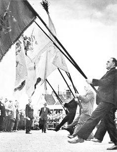 Selv om det har gått noen år, har ikke gamlekarene i Sandvikens Bataljon (og andre korps) glemt sine gamle ferdigheter. Bildet er muligens fra korpsets 100-års jubileum i 1957. (Foto fra «You are in Bergen», en bok utgitt av J.W. Eides Forlag i 1958).