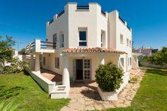 Villa for sale in San Pedro de Alcántara, Marbella Built 290m² • 4 Beds • 3 Baths • Terraces 100m² • Plot 400m² • Reference: HOT-V2842-SSC Price: 495.000 EUR