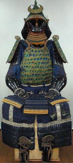 Samurai armor with peacock feathers Ronin Samurai, Samurai Helmet, Samurai Weapons, Samurai Swords, Japanese Warrior, Japanese Sword, Arm Armor, Body Armor, Sun Tzu