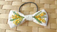 ご覧いただきありがとうございます♪ミモザをリボンのヘアゴムにしました手刺繍と手編みで表現していますかぎ針編みで立体的に、ぷっくり柔らかい雰囲気に仕上げましたやさしい色使いですコーディネイトのアクセントにいかがでしょうか?コットン布地にネップや黒いプツプツ... Flower Embroidery Designs, Embroidery Motifs, Learn Embroidery, Embroidery Fashion, Cross Stitch Embroidery, Hair Bow Tutorial, Hand Embroidery Tutorial, Diy Hair Bows, Diy Headband