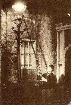 [General background:Meidun] lamplighter