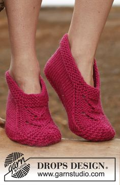 "Free pattern: Knitted DROPS slippers in ""Big Fabel"". ~ #DROPSDesign #Garnstudio"