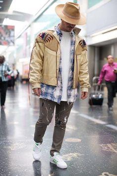 J Balvin style Versace Coat, Balenciaga Jacket, Givenchy Shirt, Saint Laurent Shirt, Saint Laurent Sneakers, Tom Ford Jacket, Bomber Jacket, Thom Browne Suit, Moda Masculina