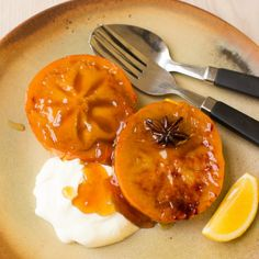 Here is a simple dessert recipe using persimmons. When baked like this they go soft, sticky and caramelised and are divine with a dollop of natural yoghurt. Honey Dessert, Simple Dessert, Persimmon Recipes, Baking With Honey, Gluten Free Banana, Mets, Recipe Using, I Foods, Honey Baked