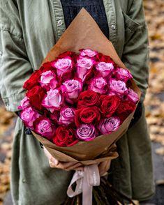 Despre trandafirii roșii se cunoaște faptul că sunt simbolul incontestabil al iubirii. I-am asociat cu eleganții și rafinații trandafirii mov care, la rândul lor, reprezintă iubirea durabilă, iar rezultatul este un buchet fermecător prin care îți poți exprima sentimentele față de persoana dragă. Designul simplu al buchetului face ca fiecare trandafir în parte să poată fi admirat. Comandă acum acest buchet, iar noi îl livrăm în doar 2-4 ore. #roses #rosebouquet #trandafiri #buchete…